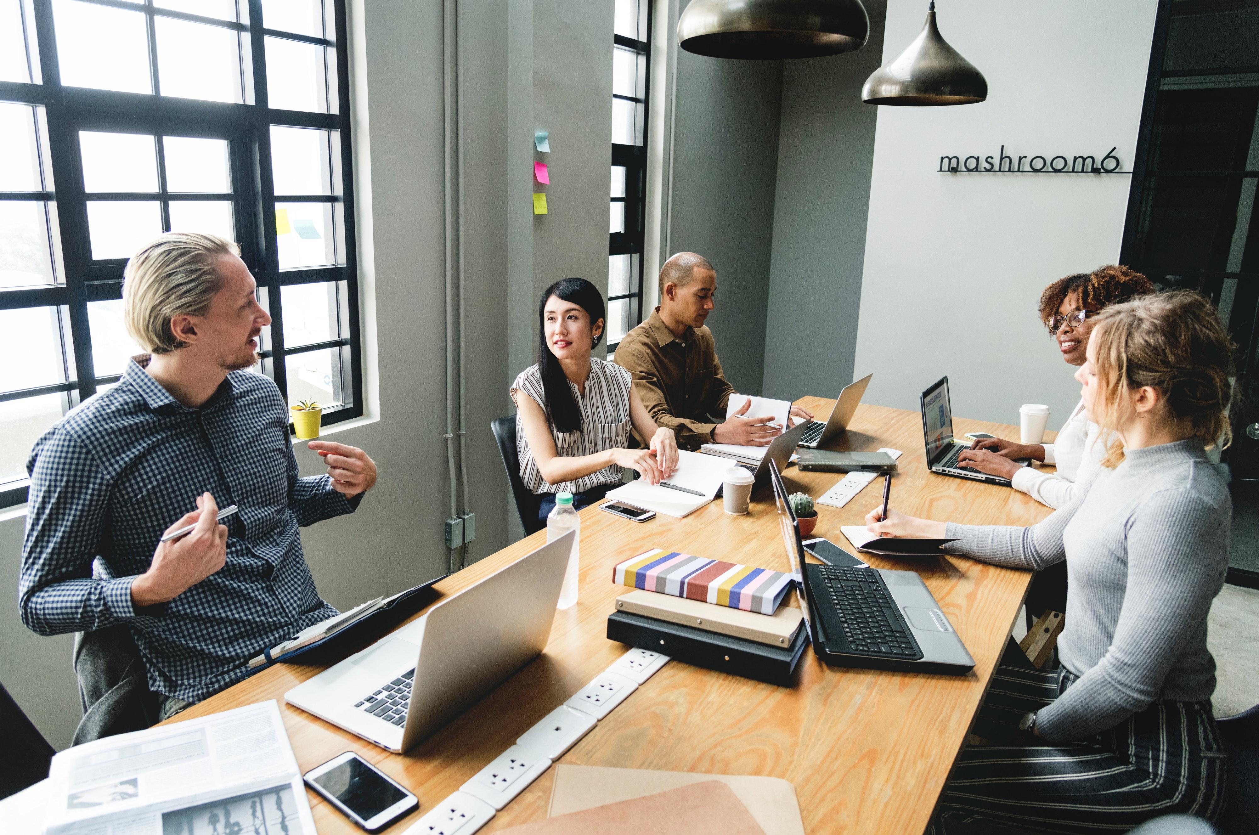 Equipos de trabajo en negocios del sector PYME